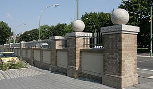 Historische Hafenmauer im Osthafen